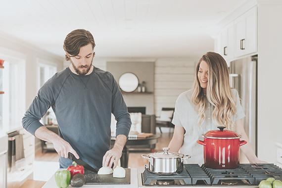 två personer lagar mat i kök